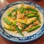 マンプク - 料理写真:エリンギとニンニクの芽のピリ辛炒め ¥730