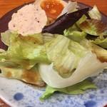 酉縁 - お通し サラダに半熟玉子に鶏肉のソーセージです