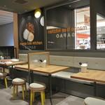マンゴツリーキッチン ガパオ - グレーを基調としたシックな店内。