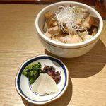 勝本 - まずは、お新香を携えた「チャーシューご飯」が登場!