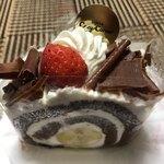 銀座コージーコーナー - 苺のチョコバナナロール