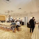 YoTsuBa - レストラン「Yo Tsu BA」:外から入り込むさわやかな自然光に、 広々とした落ち着いた店内になっております。