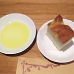 アンティカ トラットリア イナバ - 自家製のパン (フォカッチャ)