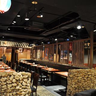 沖縄の陽気さと銀座の大人な雰囲気が味わえる店内です♪
