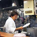 キッチン たか - 使い込まれた鍋がぶらさがる小さいながらも情熱的な厨房