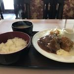 93005365 - 本日のサービスランチ、「ハンバーグと白身魚フライ」これで570円です!(2018.9.19)
