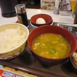 すき家 - たまかけ朝食250円に+140円でカレーとん汁に変更