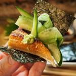 彦六鮓 - 穴子と胡瓜を一緒に海苔で巻いて食べる
