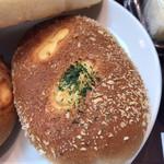 カフェコア - 料理写真:焼きカレーパン(170円)カリトロ旨辛。