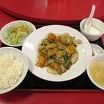 93034968 - 烏賊・トマト・野菜醤油炒めランチ