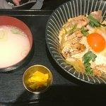 premium播鳥 - 親子丼には鶏スープと漬物付き