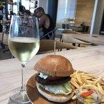 LAUMELIA - ハンバーグと白ワイン