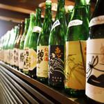 きみまち坂 - 半個室はお酒を見ながら選ぶことも。
