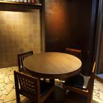 きみまち坂 - 丸いテーブル席は2名様でもどうぞ。ゆったり座れてカップルにも好評です。