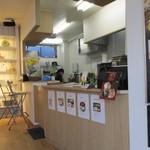 からあげ屋KUROMARU - お店はテークアウトのお弁当屋さんですが店内には出来立てのお弁当を食べるイートインスペースも設けてありました。