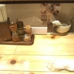 そめいよしの - お絞りが置いてあります。明るい木調の良い雰囲気の店内。