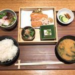 ヒトシナヤ - 鮭膳 蓋開ける