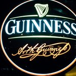 The AVERY'S IRISH PUB - お店の看板です。 GUINNESS って、書いていますね。 お洒落な看板だよ~って感じですよね。 期待が膨らみます。