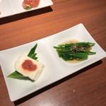 蕎肆 穂乃香 - お通しのごま豆腐とほうれん草のおひたし