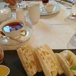 93080712 - もんげーバナナサンドイッチ、紅茶、3種の葡萄パフェ