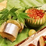 Kojyu - 奥に秋刀魚の押鮨、イクラの下には松茸