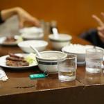牛たん料理 閣 - テーブル上は盛り上がる
