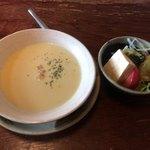 93098347 - ランチサービスセットのサラダとスープ