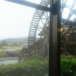 93102403 - お店の窓からデッカイ水車が見えます。