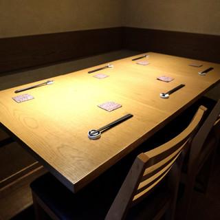 接待やご会食に最適な【テーブル個室】。和モダンな空間で寛ぐ。