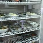 大衆食堂 山田屋 - こちらは冷蔵ストッカー、きずしや、たこ、冷奴などが並んでいます(2018.9.21)