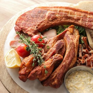 スモーキーな味わい深さが癖になるオリジナル燻製肉!