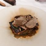 ete - うなぎの赤ワイン蒸し、焼き、黒トリュフ、下には焼きなすのたたき