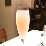ete - モモのカクテル、ラズベリージャム、シャンパン