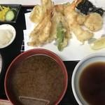 天房 - 天ぷら定食@1600円。一人前ずつを揚げているようで、提供までには時間を要しますが、期待を裏切らない味で、胃もたれしやすい私でも、ペロリといただけました(╹◡╹)