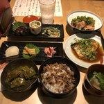 93116808 - 京漬物盛り合わせ、おばんざい三種盛、万願寺唐辛子の炊いたん、地鶏のねぎ塩まみれ、ふっくら鯖の味噌煮、さばのそぼろご飯山椒風味、お吸物