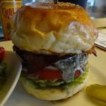 ザ・コーナー ハンバーガー&サルーン - ハンバーガーにベーコンとブルーチーズをトッピング