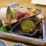 93138142 - お造り五種盛合せ:お造り三種(鰹 秋刀魚 メイチダイ)鯖寿司 珍味(魚ゾーメン おくらと)2