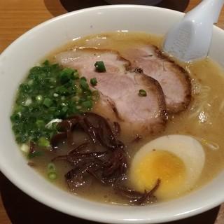 ラーメン山村 - 料理写真:とんこつ醤油ラーメンです☆ 2018-0921訪問