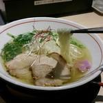 拉麺開花 - 塩ラーメンの麺持ち上げ