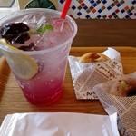 スワンズカフェ ジューススタンド - すももスカッシュ(500円)&焼きドーナツ2個(各250円) ドーナツはドリンクとセットで50円引きになるよ