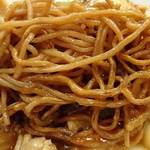 華龍飯店 - 華龍飯店 @京橋 五目焼きそばに使われる良く焼かれた太目の蒸し麺