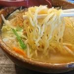 麺場唐崎商店 - 中太の縮れ麺
