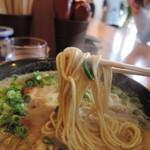 93166535 - 麺は中細ストレート麺、加水率は中低級。ムチッと力強い弾力ある食感  細身ながら筋肉質なボディで存在感があった。