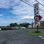 蕎麦処 みかわ - 店の道路を挟んだ反対側も、広い駐車場になっています。