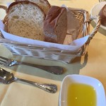 93171234 - 自家製パン2種とオリーブオイル