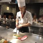 近江牛専門店 れすとらん 松喜屋 - ステーキを焼いているシェフ
