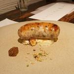 スパイスカフェ - 芋のグラタンの上にソーセージ