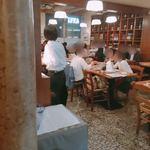 OSTERIA BARABABAO - 一枚壁を隔てた横には着席式の飲食スペースが
