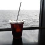 93200700 - 海を見ながらアイスコーヒー