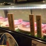 立喰い焼肉 おやびん - ネタケースには美味しそうな牛肉がズラリ♪